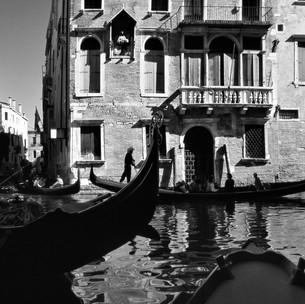 Gondole Tra Il Canal Grande E Rio San Giovanni Crisostomo