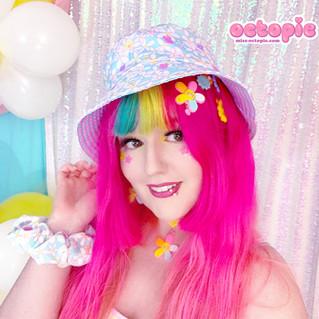 "💐 Blue ""Daisy Cute"" Double-Sided Bucket Hat 💐 ""Daisy Cute"" Multi-colored 2-way clip 💐 Blue ""Daisy Cute"" Velvet Scrunchie"