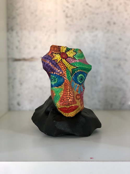 אבן מקושטת פרצוף צבעוני