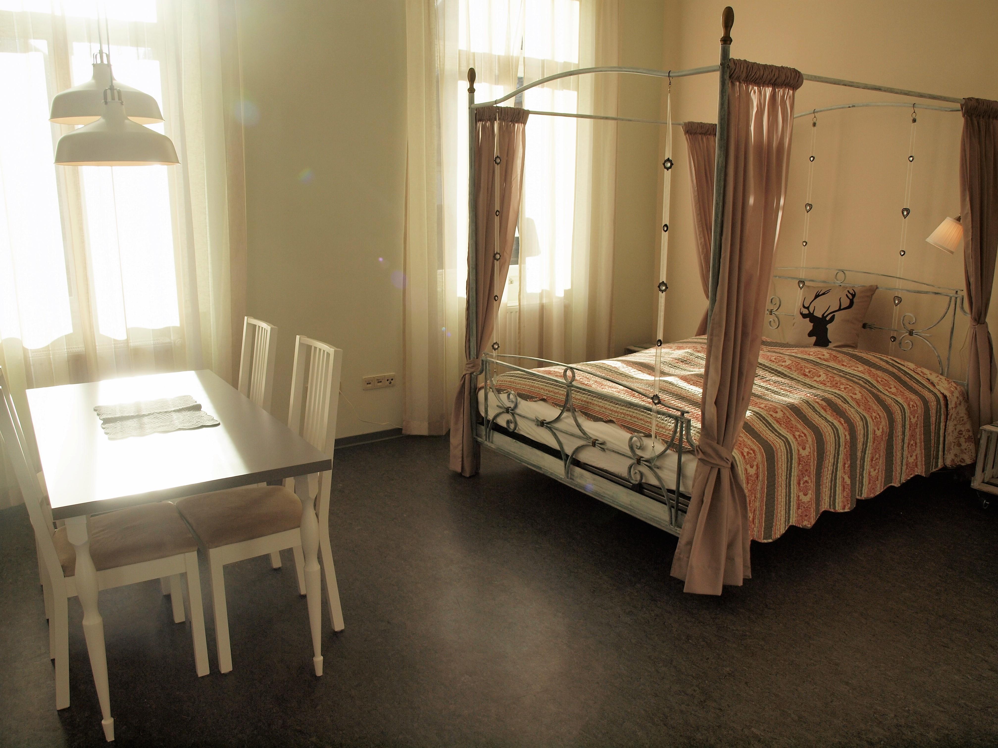 Schlafzimmer und Essbereich