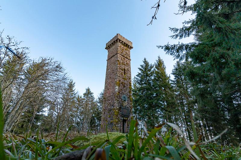 Tour de pierre au milieu d'une clairière