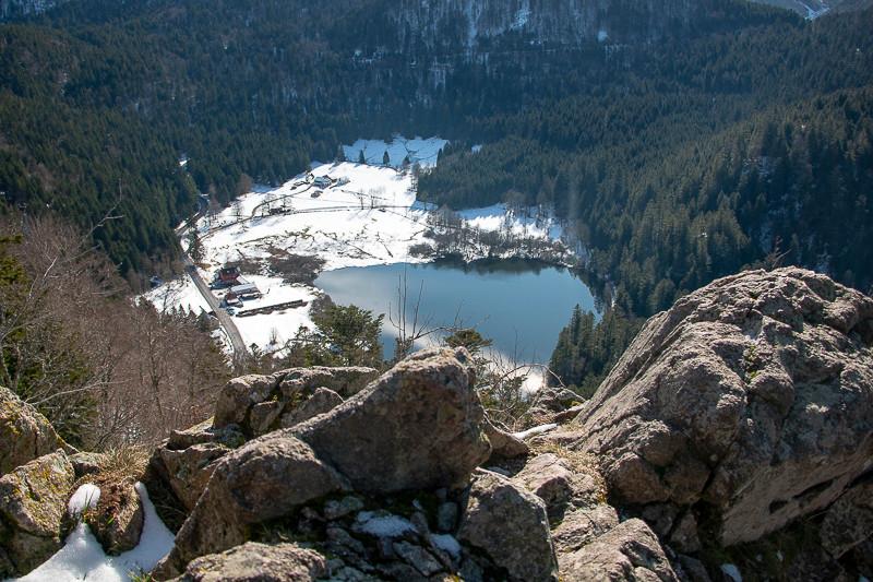 vue plongeante sur un lac