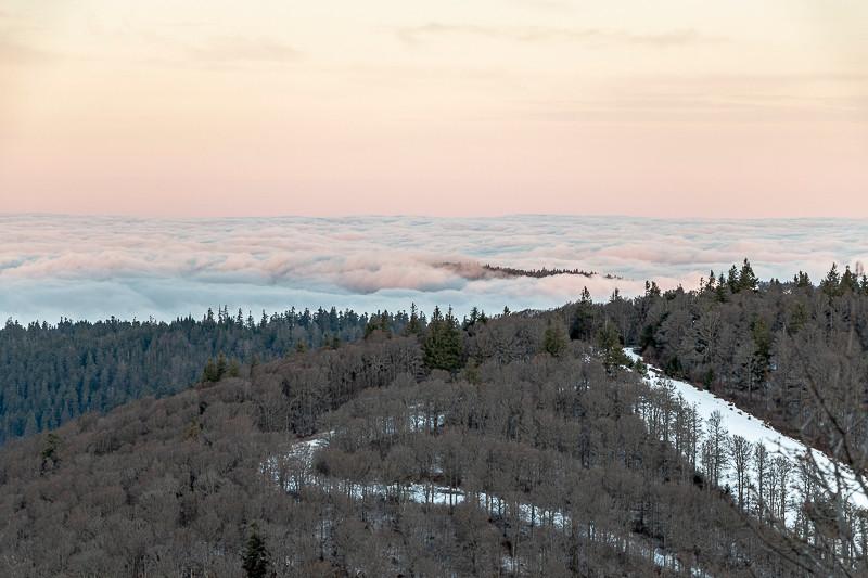 nuages bas vu depuis la montagne