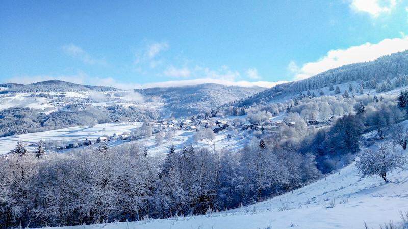 flanc d'une montagne enneigée et d'un village