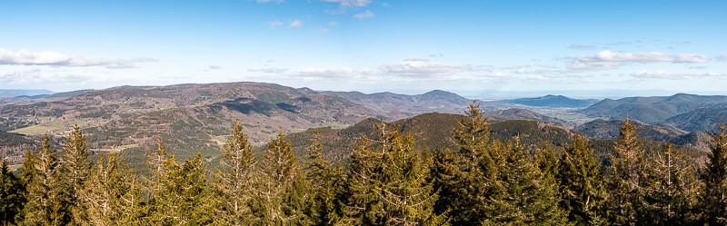 Panorama d'un massif montagneux très boisé