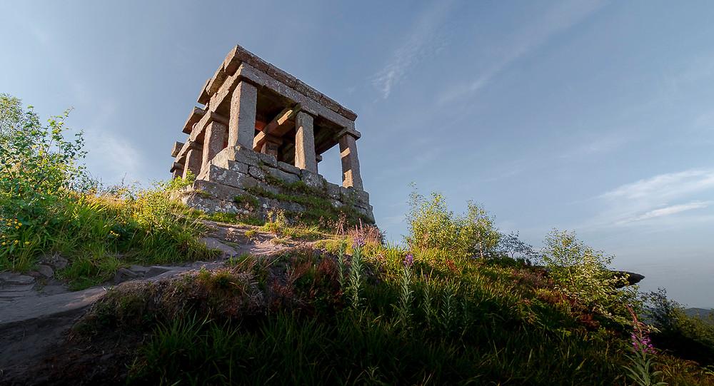 vue en contre-plongée d'un temple à l'architechture gallo-romaine