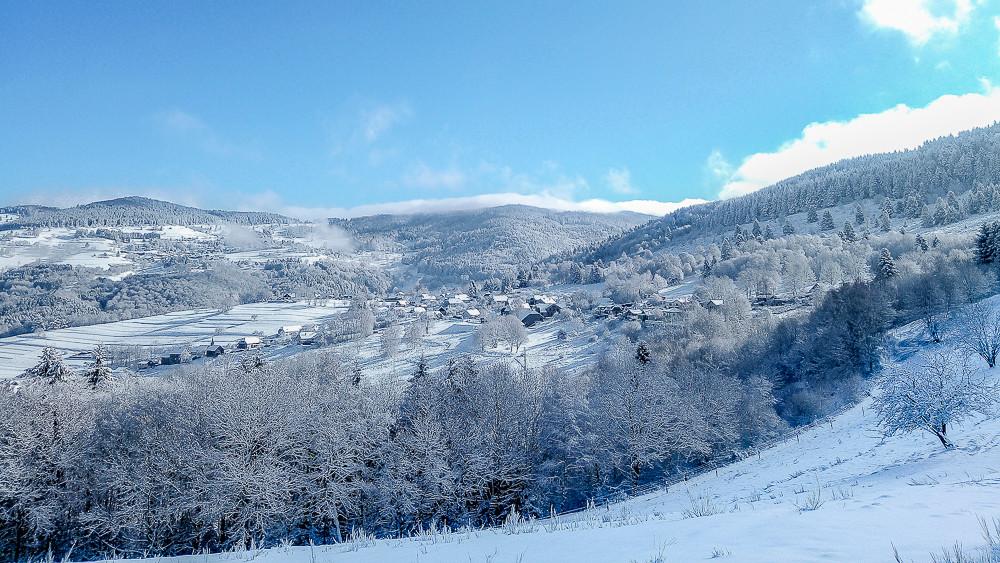 village et forets sous la neige en montagne