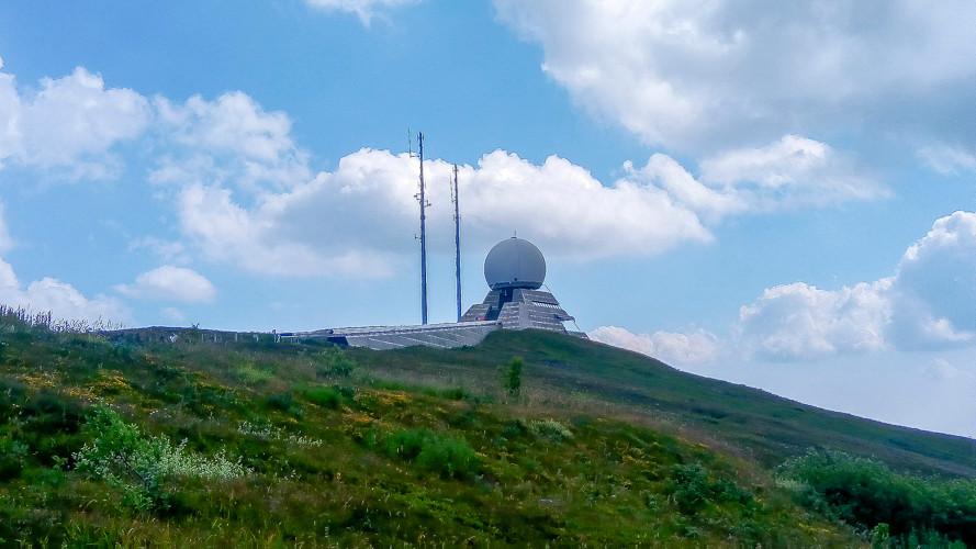 antenne civile cerné de vertes prairies au sommet d'une colline