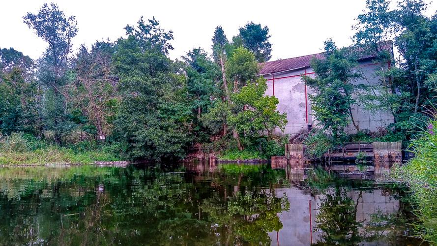 plan d'eau et bâtiment entourés d'arbres