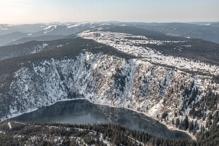lac de montagne et ses falaises