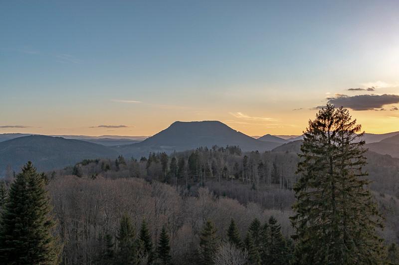 Montagne et forêts au coucher du soleil