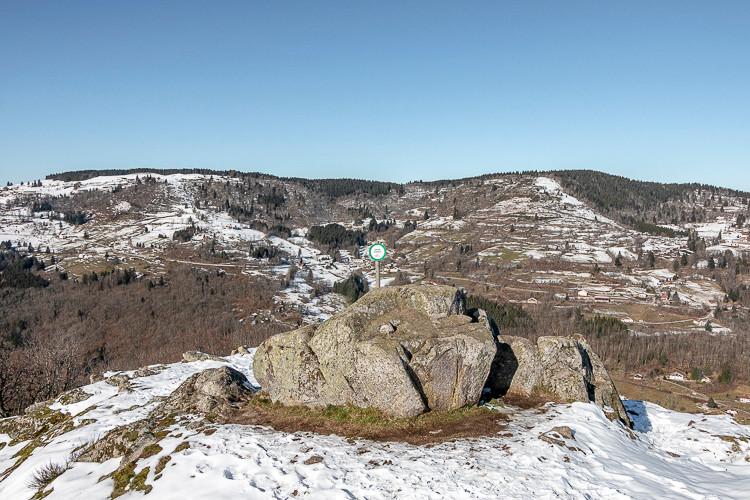 point de vue au dessus d'une vallée montagnarde