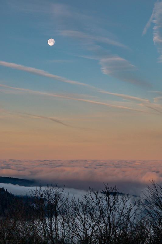 paysage de mer de nuages au matin à la pleine lune