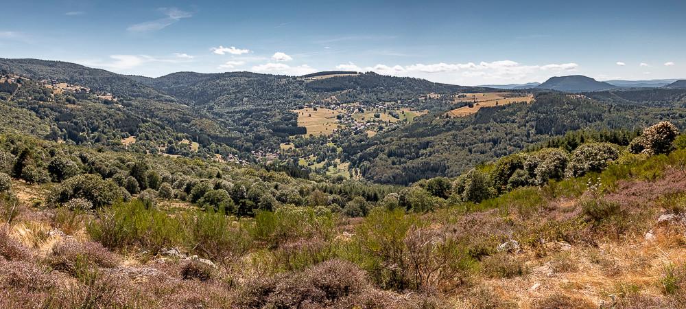 paysage d'une vallée et montagnes en été