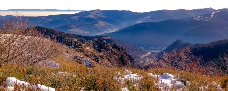 panorama d'un massif semi-montagneux et ses vallées