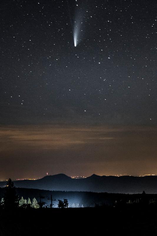 comète Neowise au dessus du sommet montagneux du Donon
