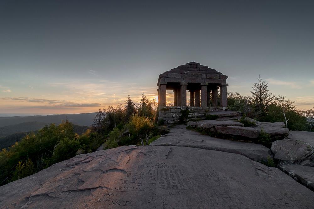 temple gallo romain au sommet de la montagne au soleil levant