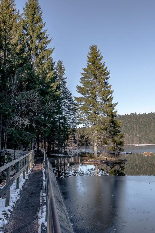 ponton au bord d'un lac de montagne