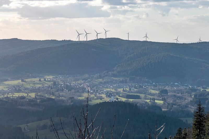 village et forêts avec éoliennes