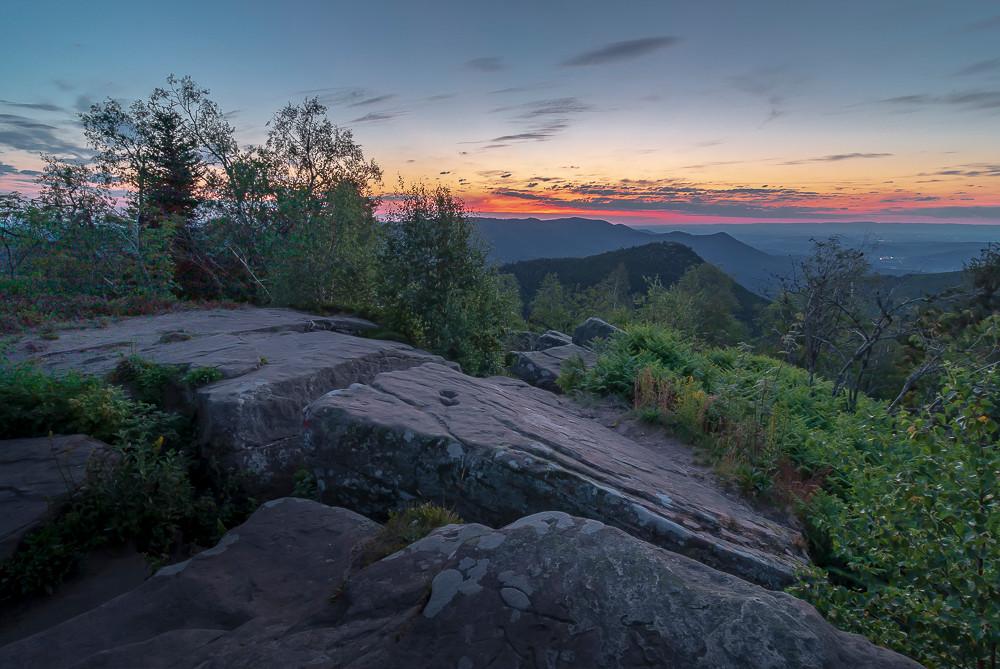 lever du jour sur les rochers et la montagne
