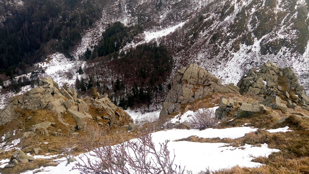 rochers sur les pentes d'une falaise en hiver