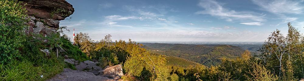 Panorama de collines boisées sur un sommet rocheux