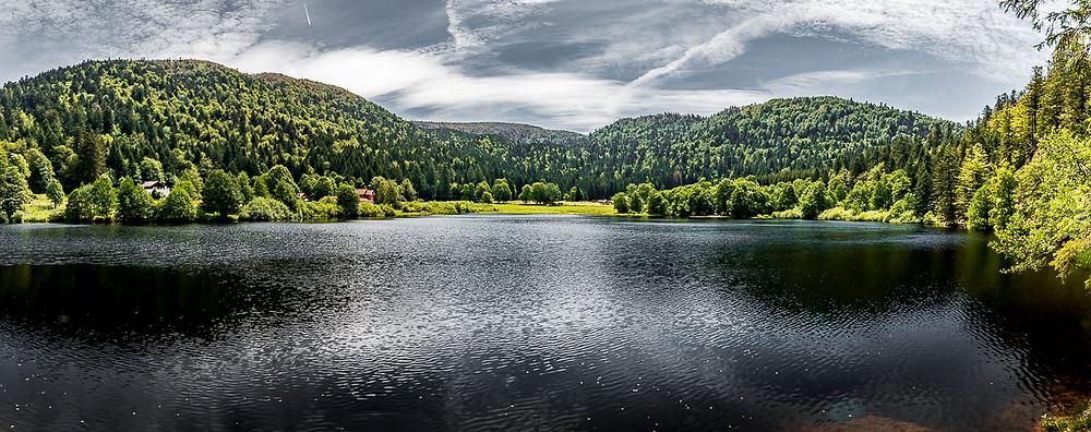 Panorama d'un lac de montagne