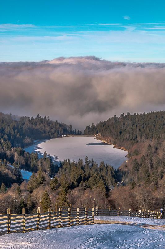lac de montagne et mer de nuages