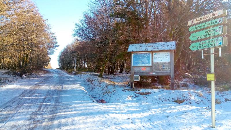 chemin enneigé et panneaux de signalisations