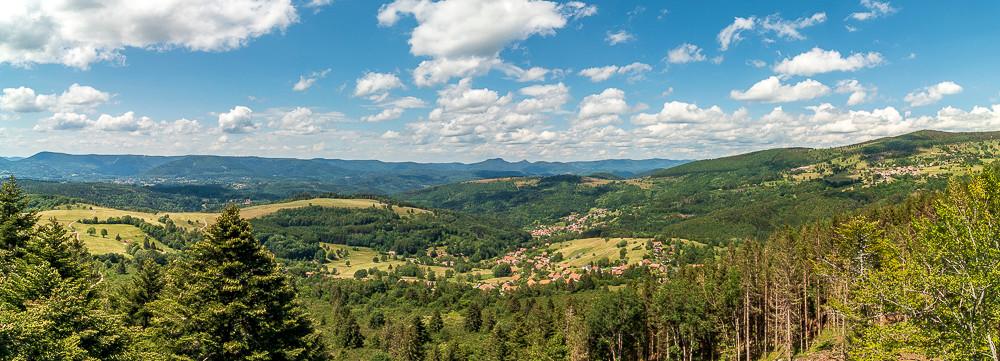 panorama sur une vallée et ses collines sous les nuages