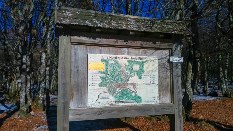 Panneau signalitique et carte du domaine des Trois Fours