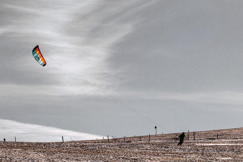 skieur à voile sur une colline