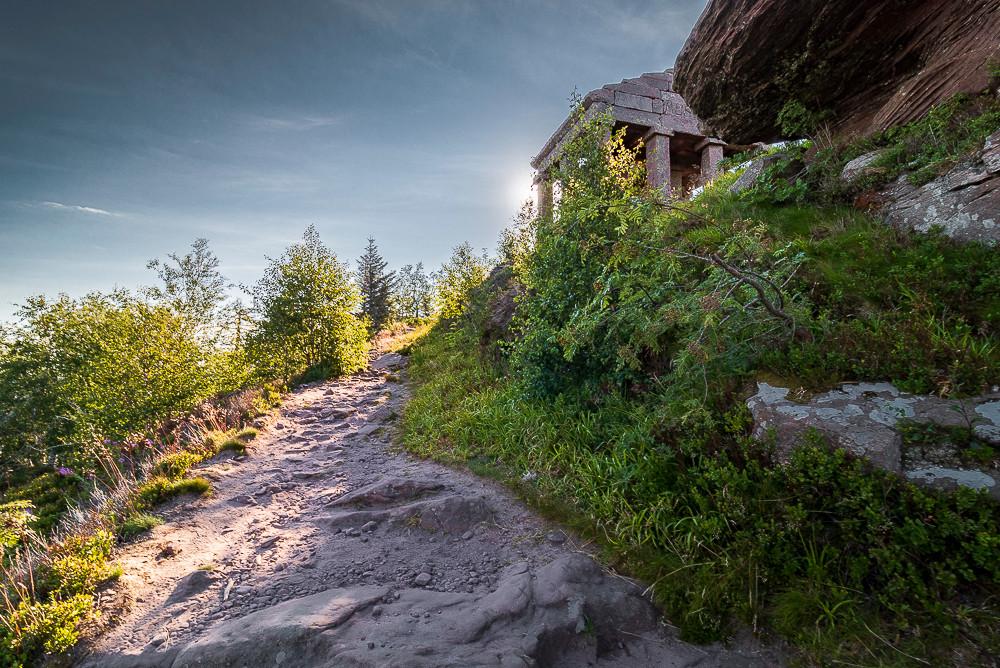 temple gallo-romain au sommet d'un chemin de randonnée entouré de verdure