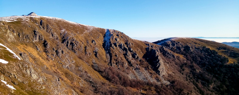 Falaises et sommets d'un massif semi-montagneux