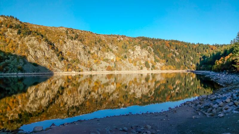 cirque glaciaire de falaises qui se reflètent dans le lac
