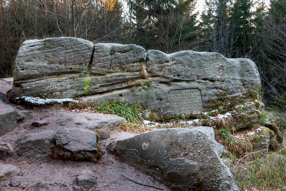 rocher ou roche plate taillée au bord d'un sentier