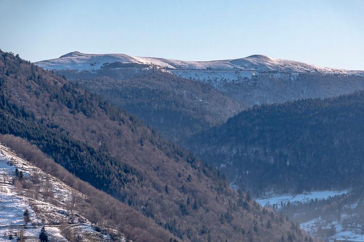 montagnes et sommets enneigés