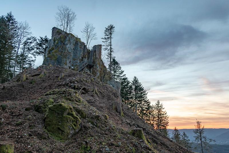 ruine d'un château au coucher du soleil