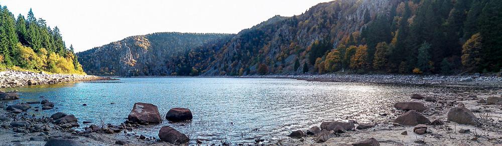 panorama du lac et ses falaises