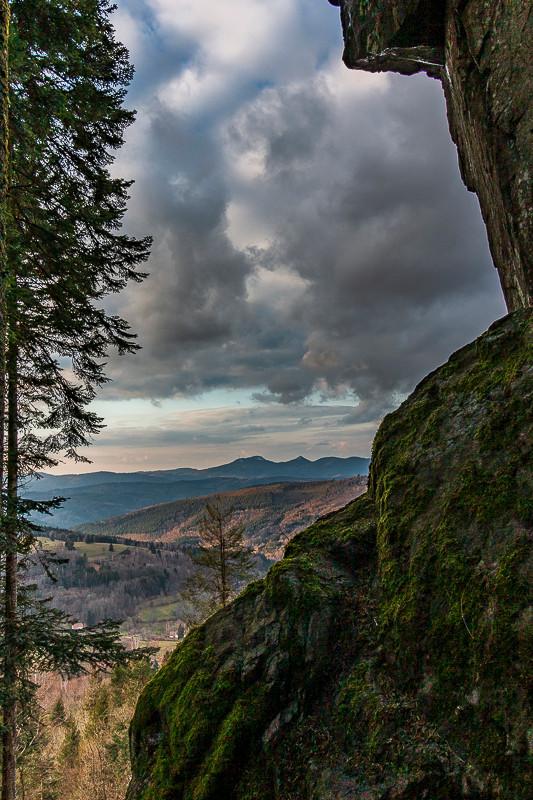 roches et paysage de collines et nuages menaçants