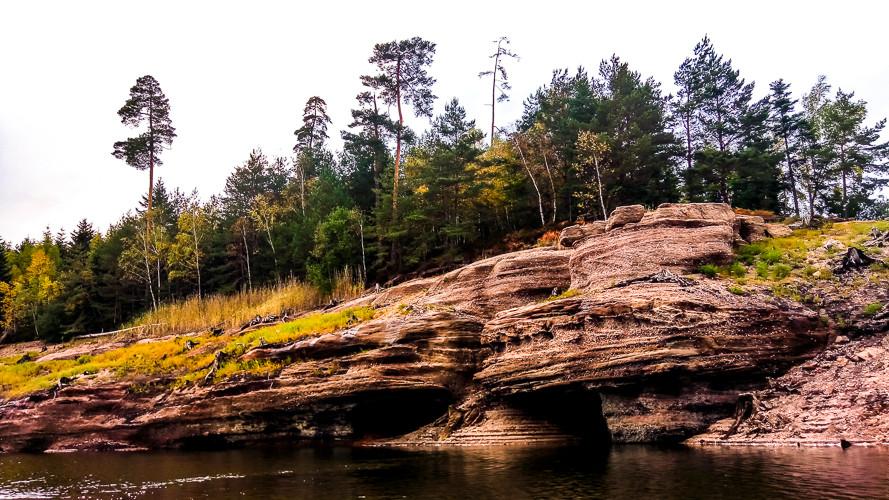 formations rocheuses et berges du lac sous la forêt