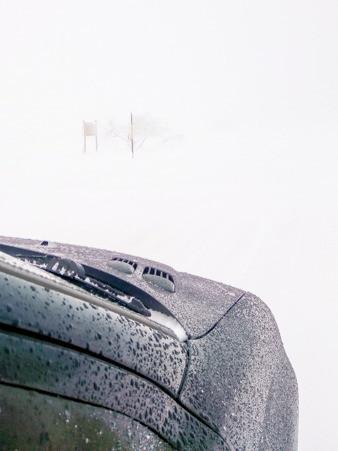 carosserie d'une voiture et brouillard épais