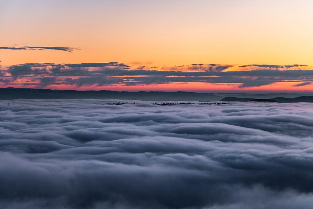 mer de brouillard et montagne lointaines au coucher du soleil