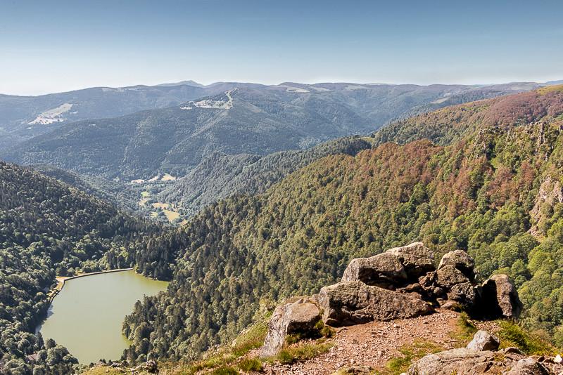 un lac vu des hauteurs et crêtes environnantes