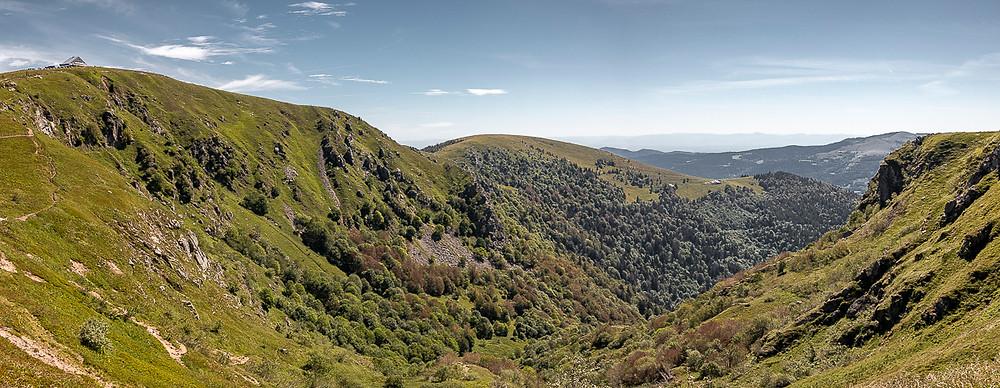 Paysage d'une vallée de montagne en été
