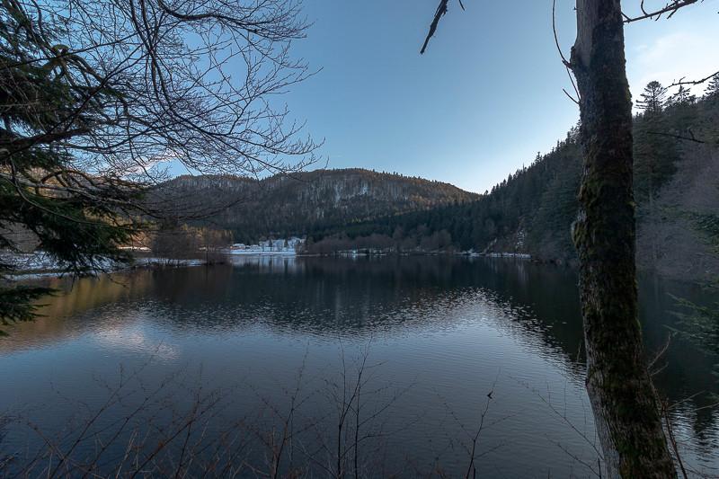 bords de lac dans l'ombre en fin de journée