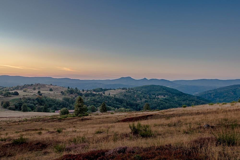 pâturages et collines dans les montagnes au coucher du soleil