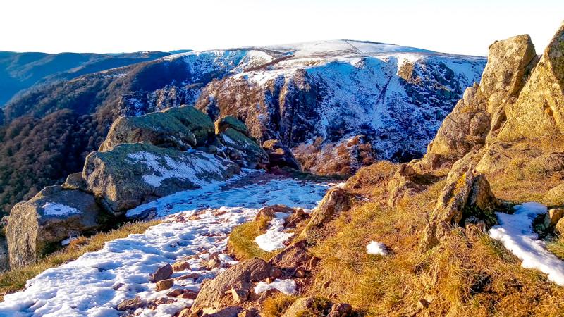 paysage de roches et de montagnes enneigées