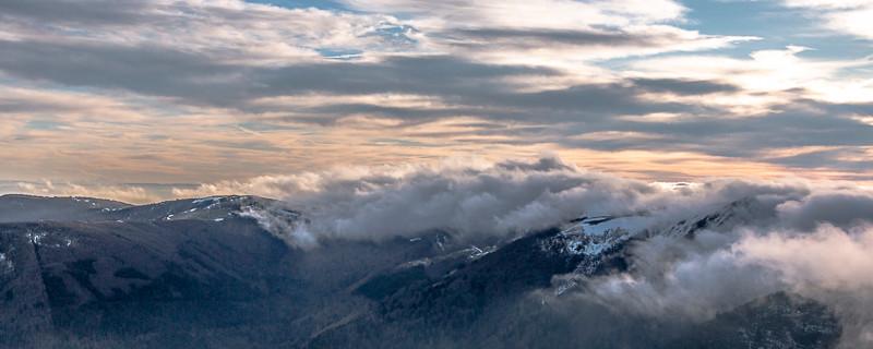 nuages qui passent une crête montagneuse