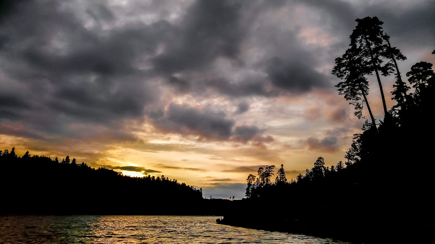 ombres chinoises sur un lac au crépuscule